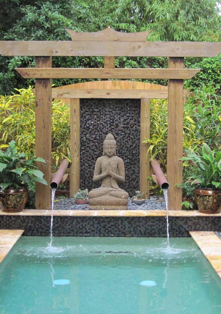Jardim zen na beira da piscina