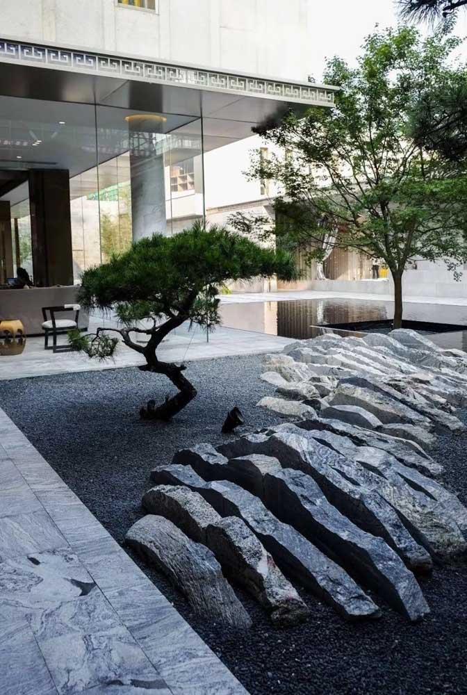 Belíssima composição de pedras nesse jardim zen; destaque também para o bonsai