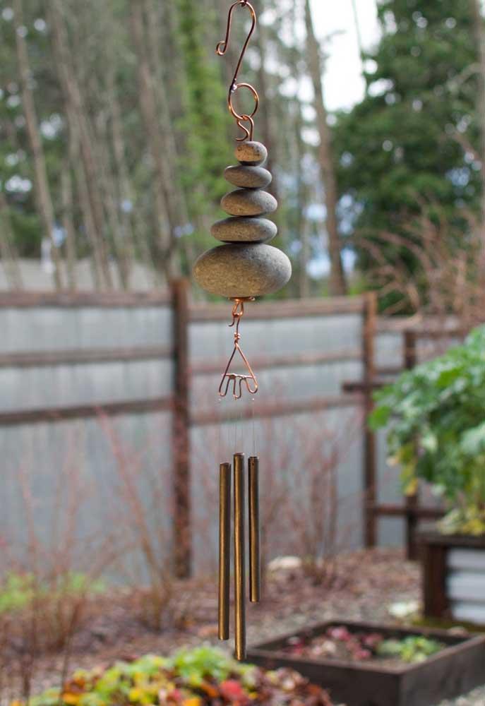 Os acessórios fazem a diferença no jardim zen; aqui, por exemplo, é o sino dos ventos em estilo oriental que chama atenção