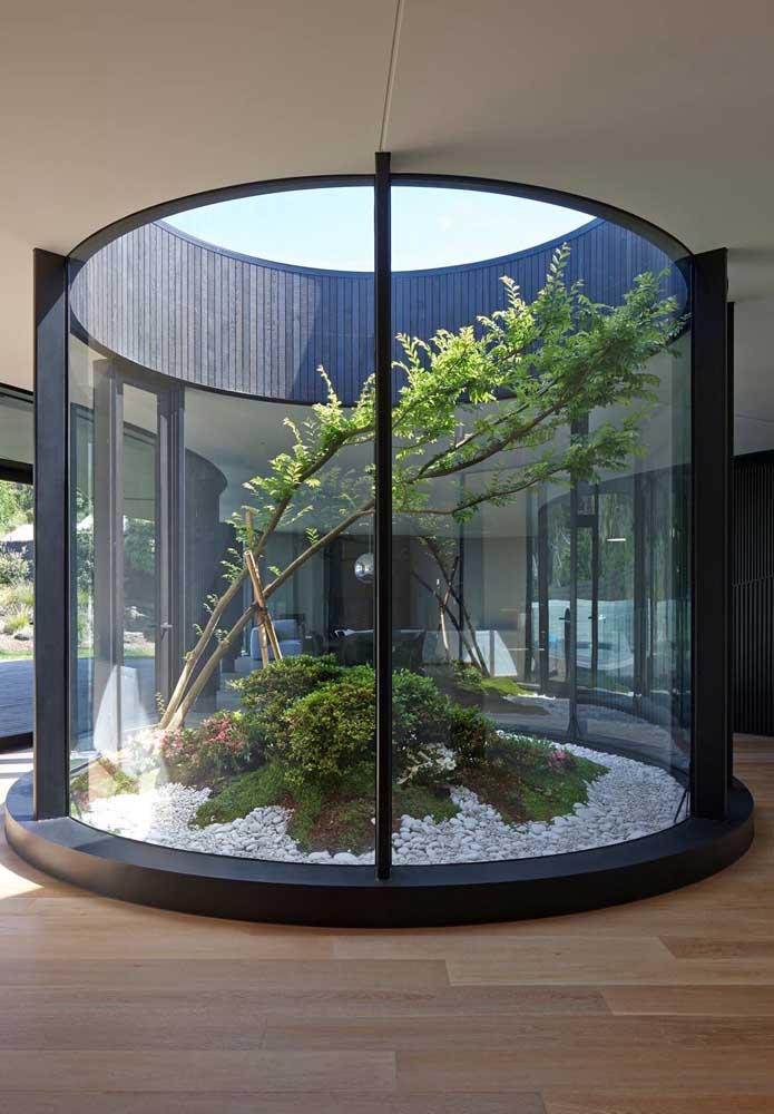 Ou quem sabe você pode se inspirar nesse modelo de jardim zen com cara de terrário gigante
