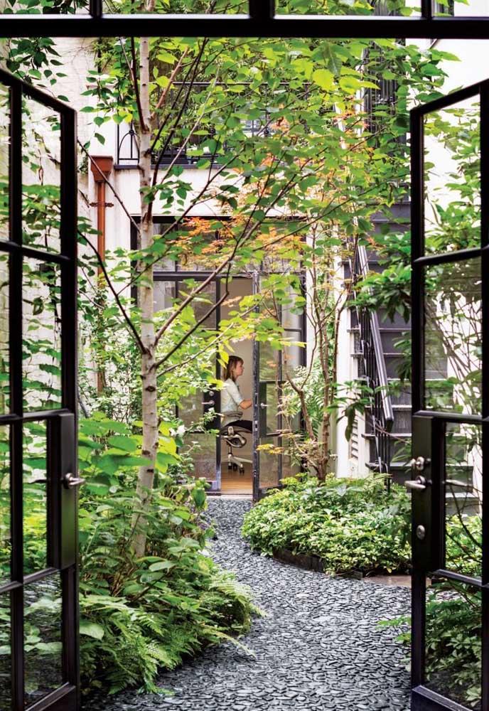 Jardim zen nos fundos da casa e com acesso direto pelo home office; puro sossego trabalhar próximo de um cantinho assim