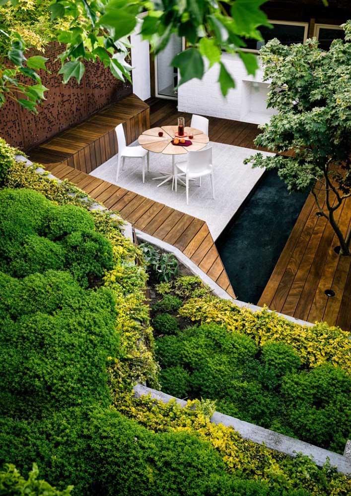 Jardim zen na área externa da casa; a proposta aqui conta com um mini lago e até um pequeno espaço gourmet