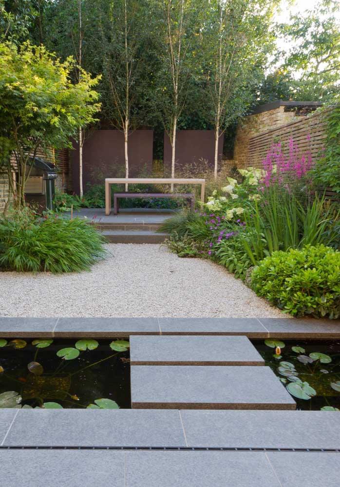 Mini lago e pedrinhas brancas caracterizam esse jardim dentro do conceito zen