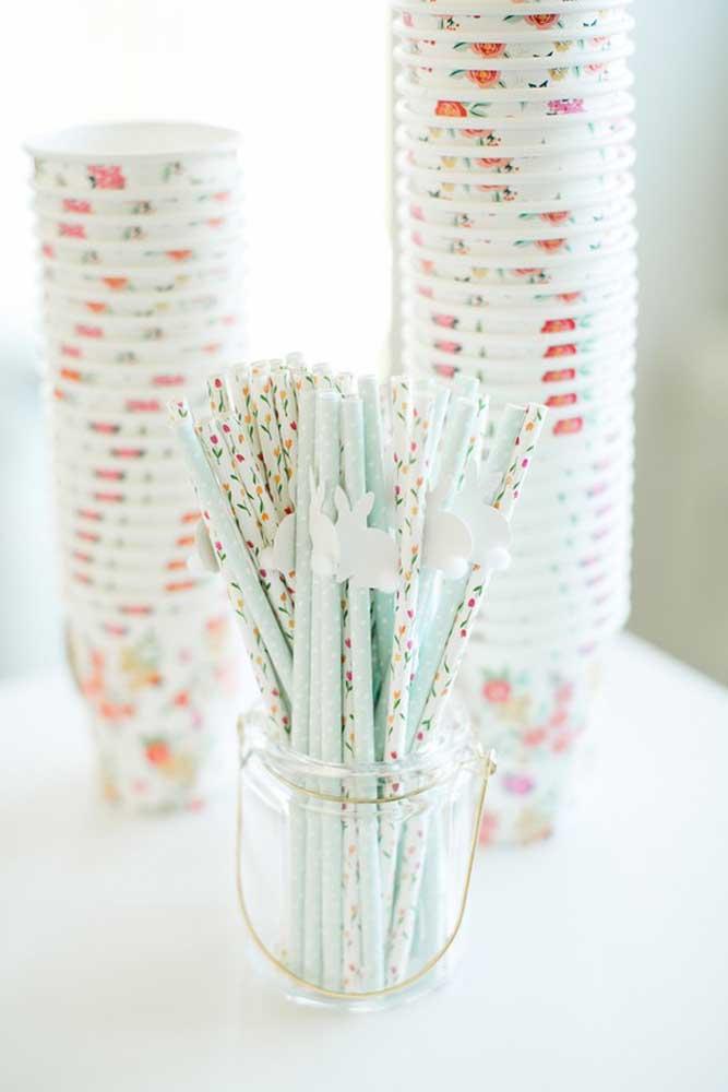 Copos e canudos com estampa delicada e adornados por coelhinhos de papel