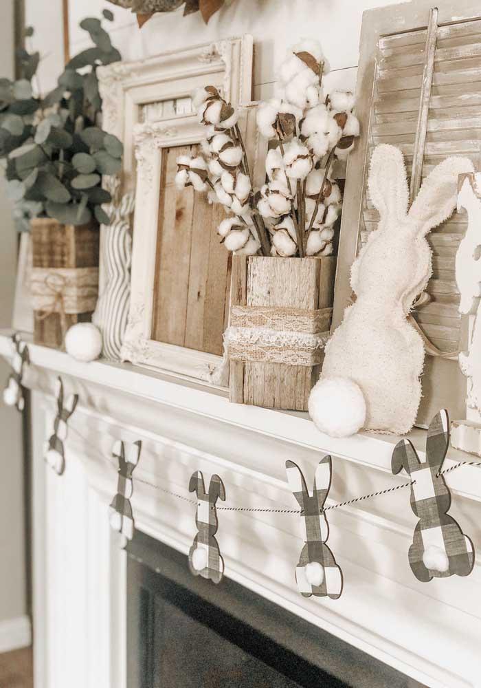 Que tal um varalzinho de coelhos de papel? Logo acima, um coelho de pano maior completa a decoração