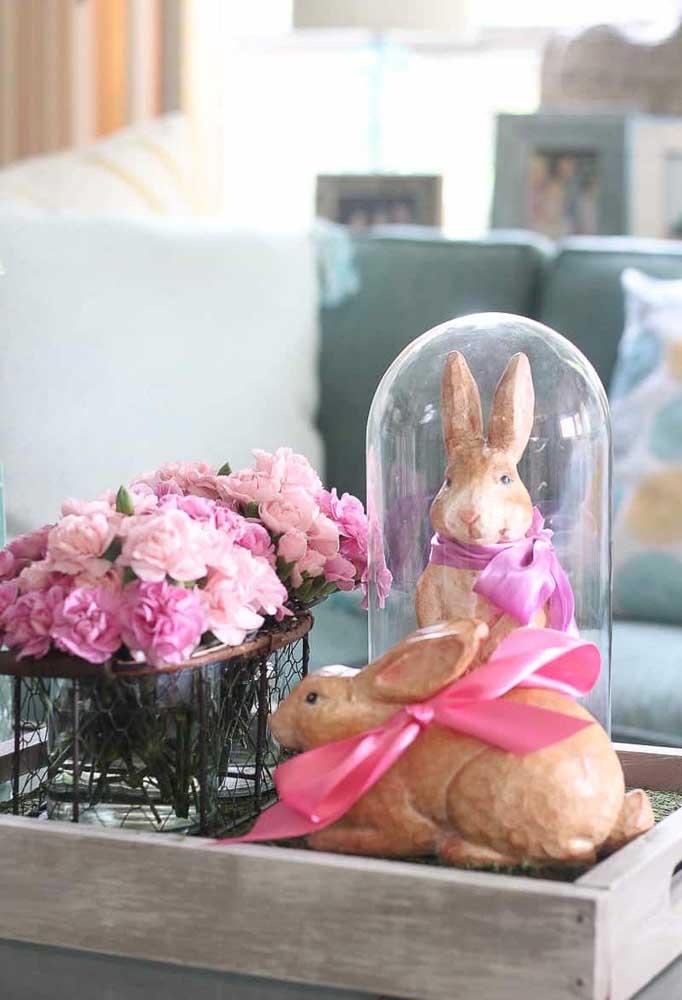 Coelhinhos que parecem de verdade são os enfeites perfeitos para essa sala de estar