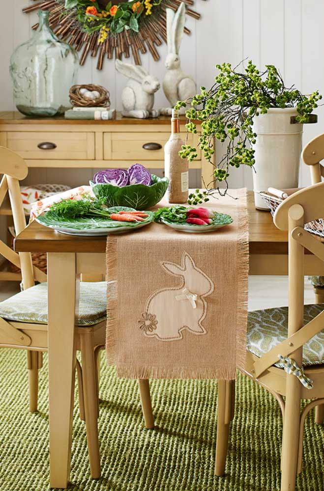Nessa cozinha, a decoração de páscoa fica por conta da toalha de juta com desenho de coelho
