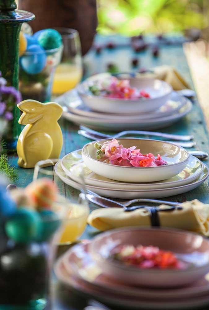 Mini coelhinhos de cerâmica para lembrar o motivo da celebração