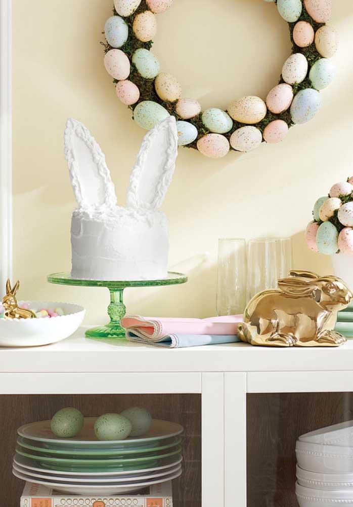 Bolo com orelhas, guirlanda de ovos e coelhos: alguém ainda tem dúvida do que se trata essa decoração?