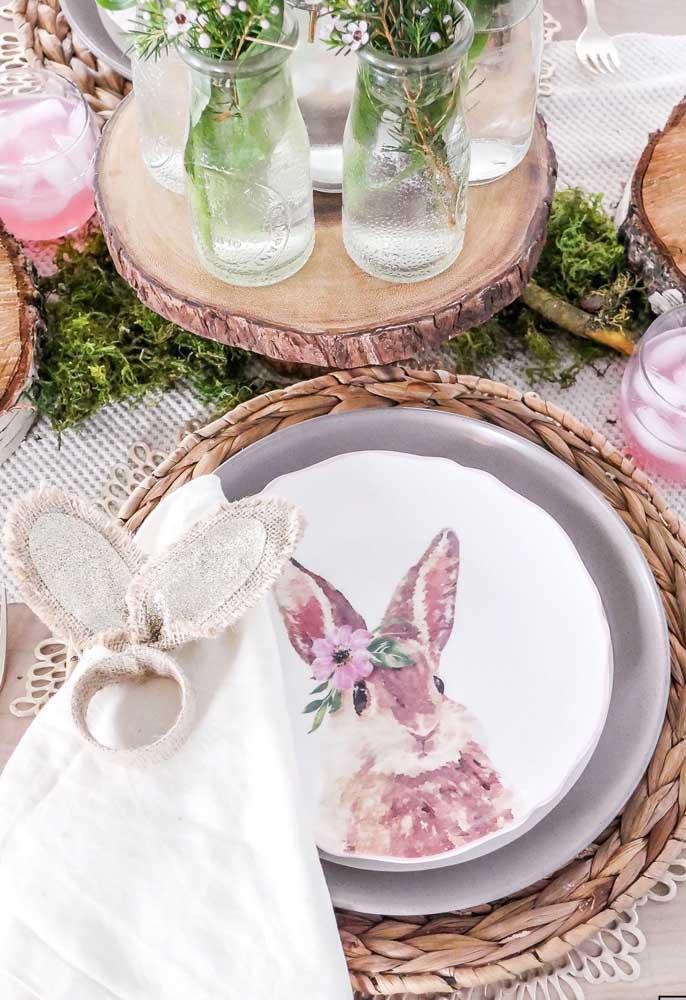 E na mesa posta, a carinha do coelho da páscoa estampa os pratos