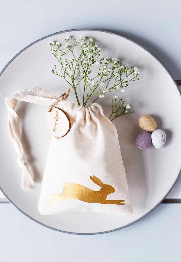 Sacolinha de páscoa decorada com coelho dourado: ideal para presentear com ovinhos e outros doces