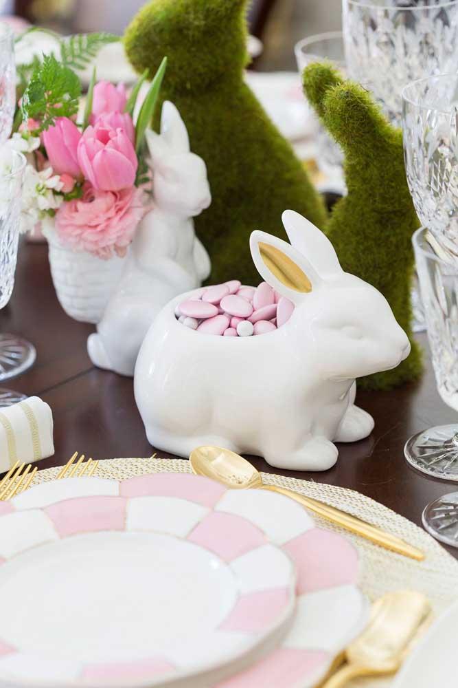 Coelhinhos de cerâmica guardam docinhos e também se revelam lindos suportes para flores; destaque ainda para os coelhinhos verdes feitos de musgo