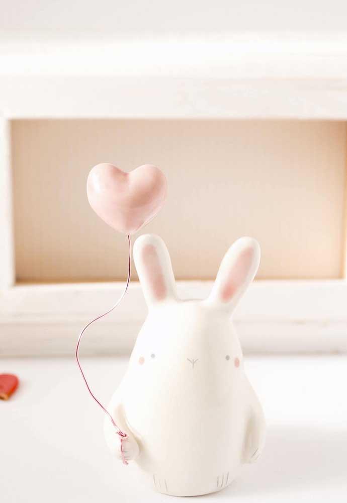Que fofo esse coelhinho de cerâmica segurando balão!