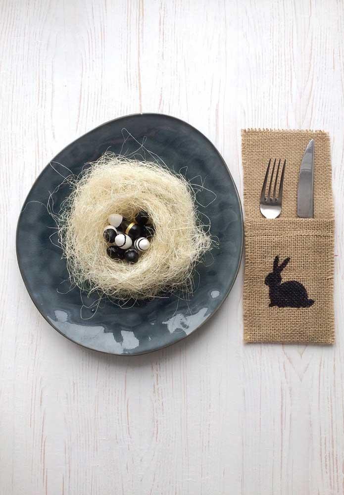 Decoração rústica para Páscoa: porta talheres feito em juta e ninho de palha sobre o prato