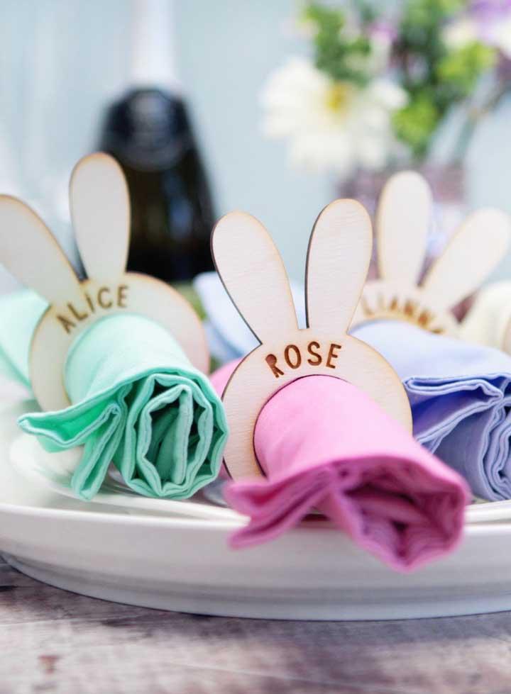 Argolas de guardanapo em formato de orelhinhas de coelho; repare que cada um leva o nome de um convidado