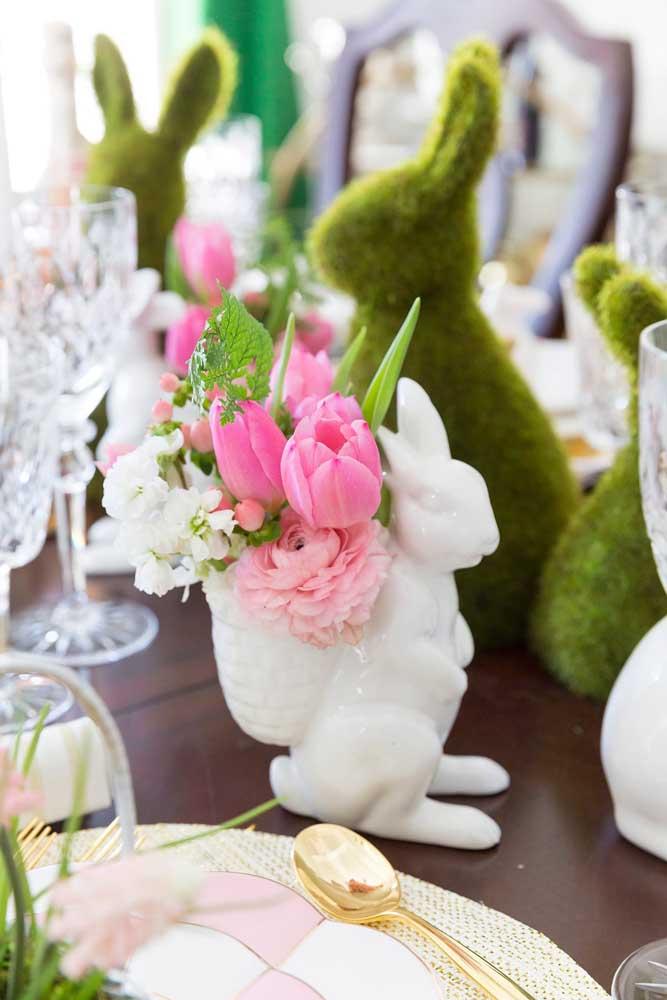 As flores sempre decoram com charme e elegância, mais ainda quando elas vêm na cestinha do coelho
