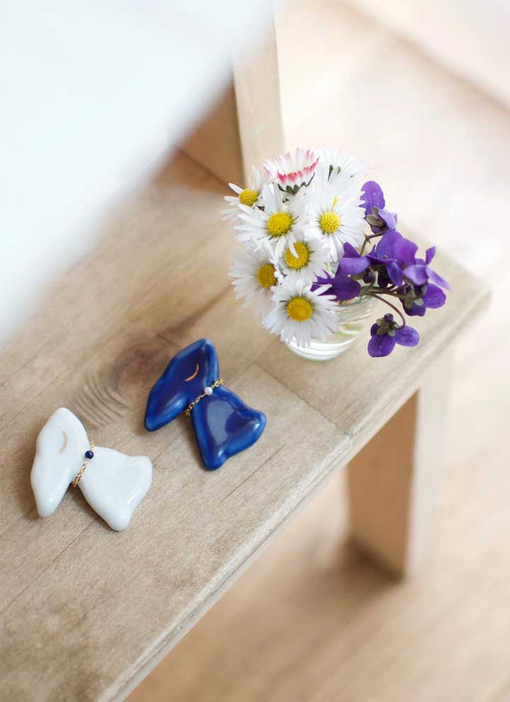 Pequenos e delicados coelhos de cerâmica decoram esse cantinho junto com as flores