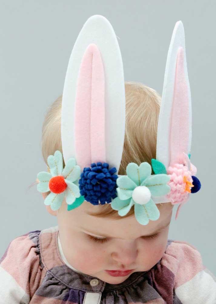 Faça enfeites para a Páscoa que as crianças possam usar e se divertir, como a tiara da imagem