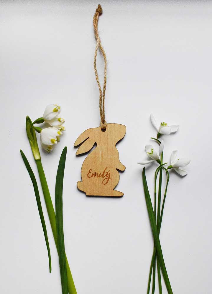 Chaveirinho de madeira em formato de coelho; a Páscoa em todos os lugares