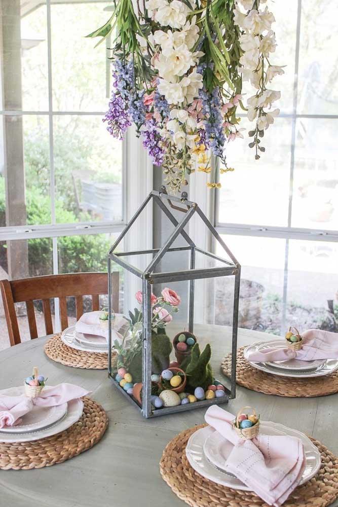 Mesa posta simples para a Páscoa; a decoração aqui foi feita com ovinhos dentro do recipiente de vidro e mini cestos nos guardanapos
