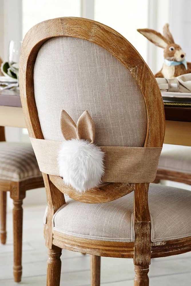 Aqui, as cadeiras receberam um detalhe charmoso para caracterizar a festa de Pascoa