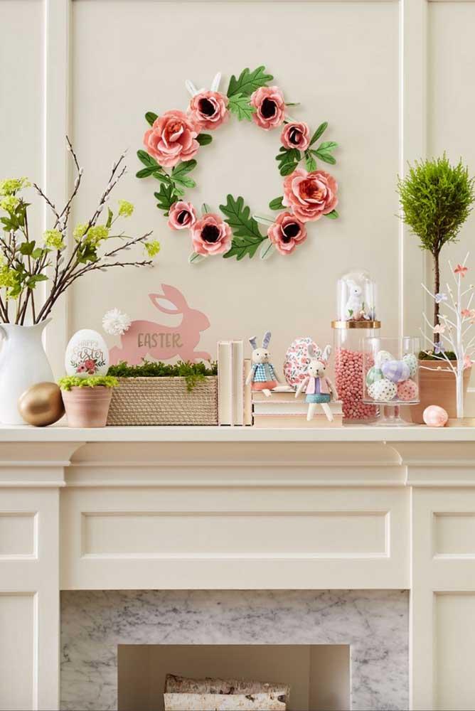 No espaço sobre a lareira foi montada a decoração da Páscoa, cheia de enfeites que remetem à data