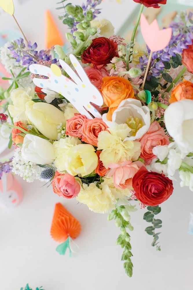 Flores e coelho de papel nessa decoração de páscoa; ótima pedida para o centro da mesa