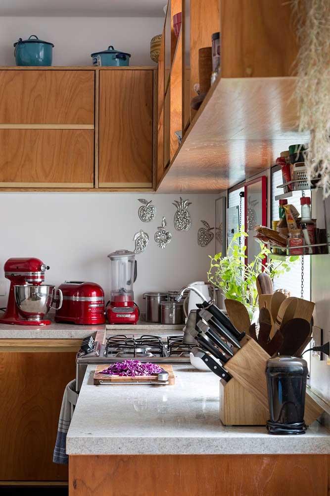Batedeira, torradeira e liquidificador: todos na cor vermelha; o trio é o destaque da cozinha