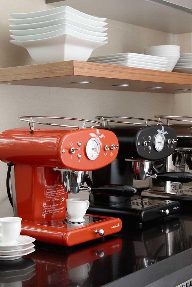Preta e vermelha: aqui as cafeteiras são mais do que eletrodomésticos, são peças decorativas