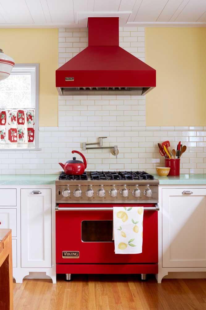 Essa cozinha branca de marcenaria clássica ganhou o contraste charmoso do fogão e da coifa vermelha com design retrô