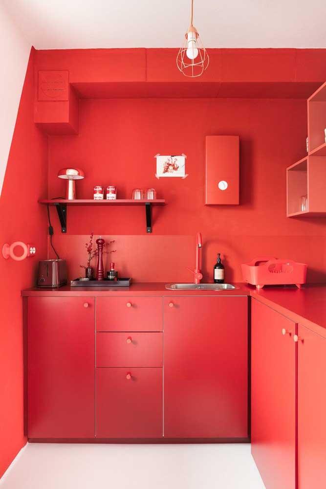Nessa cozinha toda vermelha, o eletrodoméstico não poderia ser de outra cor