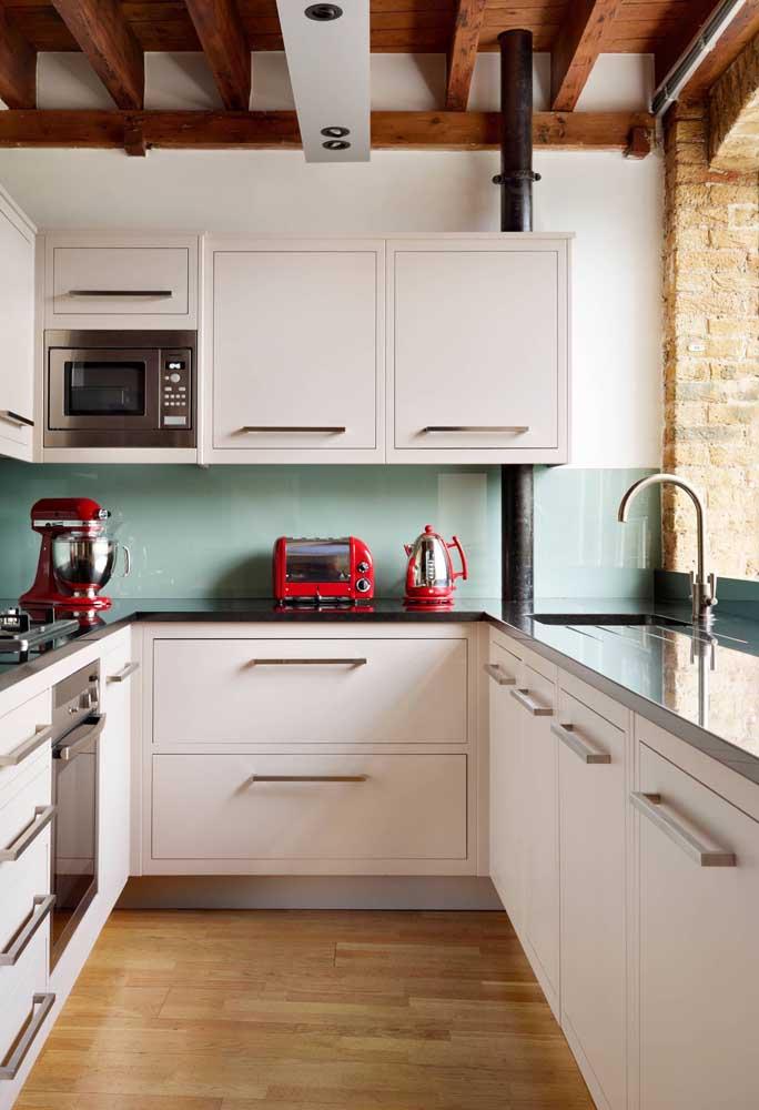 Um trio vintage encantador para a cozinha moderna: batedeira, chaleira e torradeira vermelha