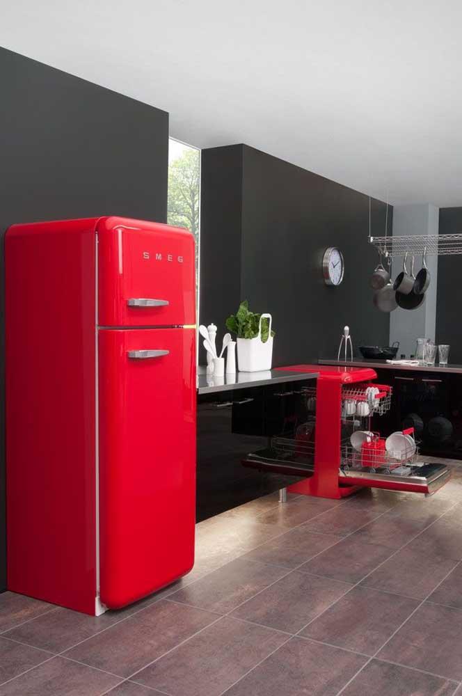 Para quem deseja apostar em uma cozinha cheia de personalidade e decoração marcante, a dica aqui são os eletrodomésticos vermelhos em contraste com móveis e paredes pretas