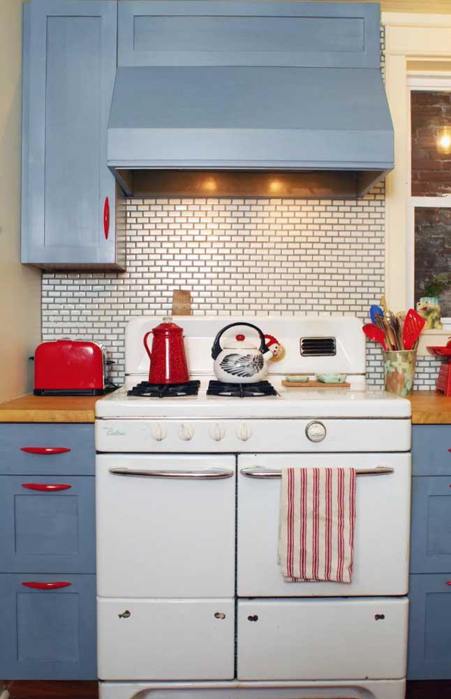 Toda retrô e descolada, essa cozinha apostou em uma torradeira vermelha para fazer companhia ao bule e aos puxadores dos armários
