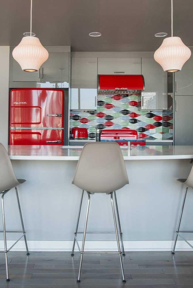 Proposta inusitada e diferente: cozinha cinza com eletrodomésticos vermelhos