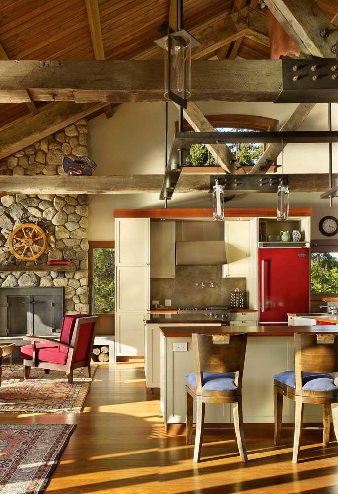 Para investir em uma cozinha vermelha é preciso ousadia e uma certa coragem; aqui tem um pouco dos dois