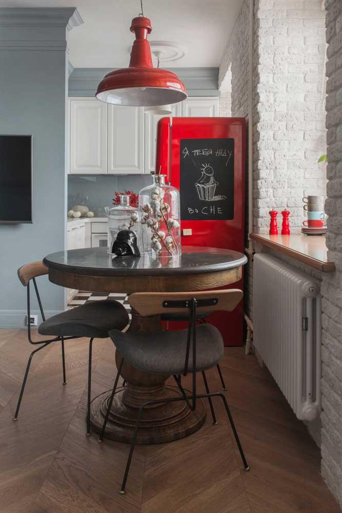 Essa proposta é apaixonante: geladeira vermelha com adesivo lousa