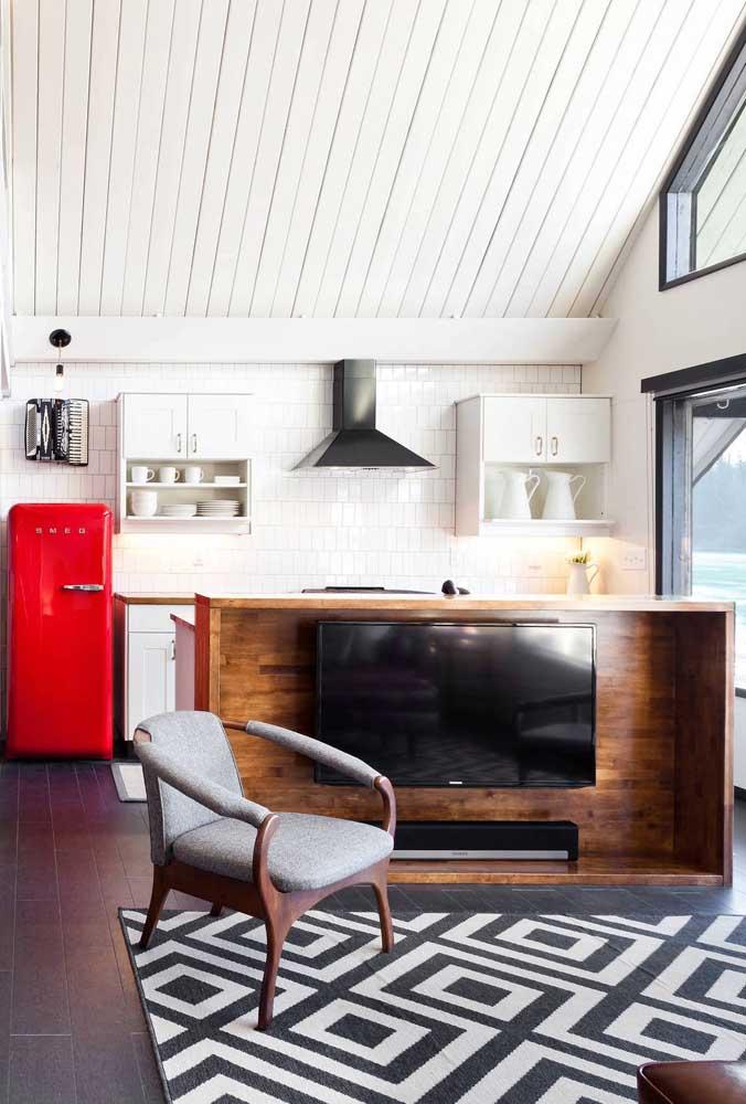 E o que poderia causar mais impacto visual numa cozinha branca? Uma geladeira vermelha, é claro!