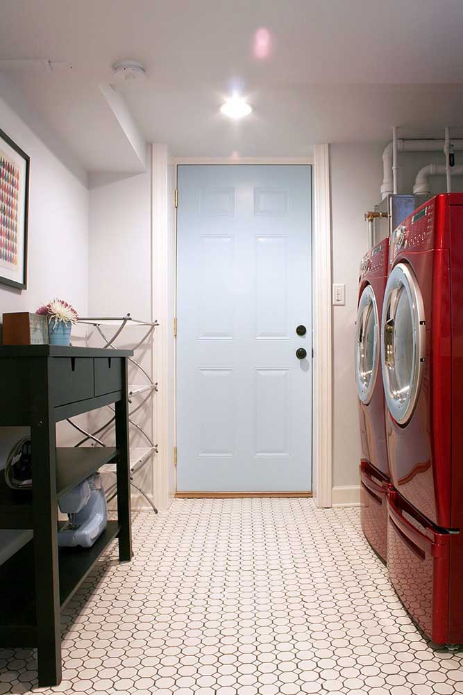 Não despreze a área de serviço, invista em uma máquina de lavar vermelha