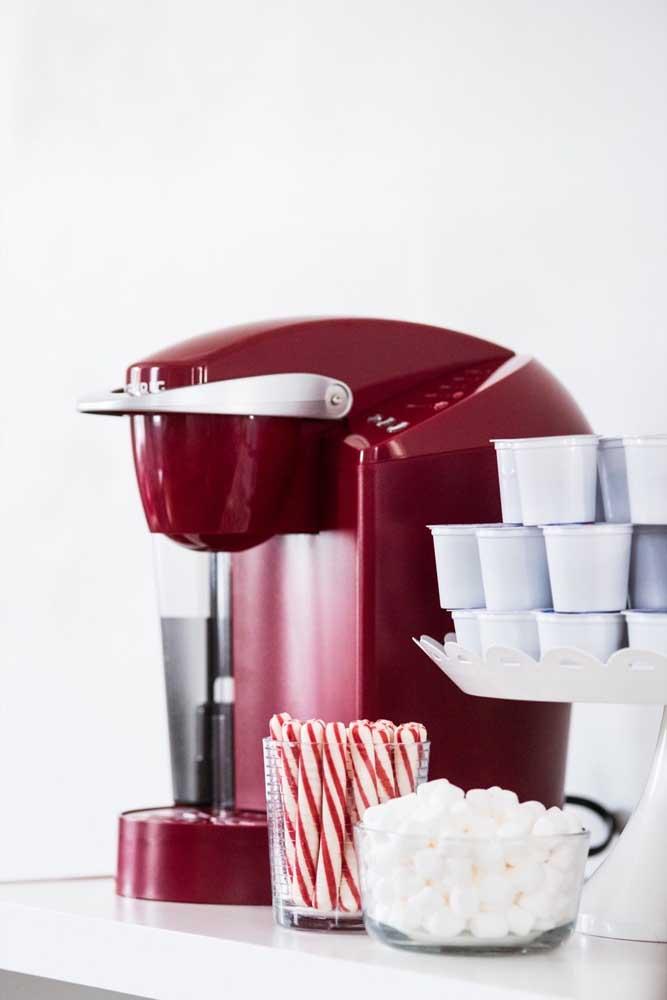 As cafeteiras estão na moda e se pretende comprar uma, considere a possibilidade de um modelo vermelho