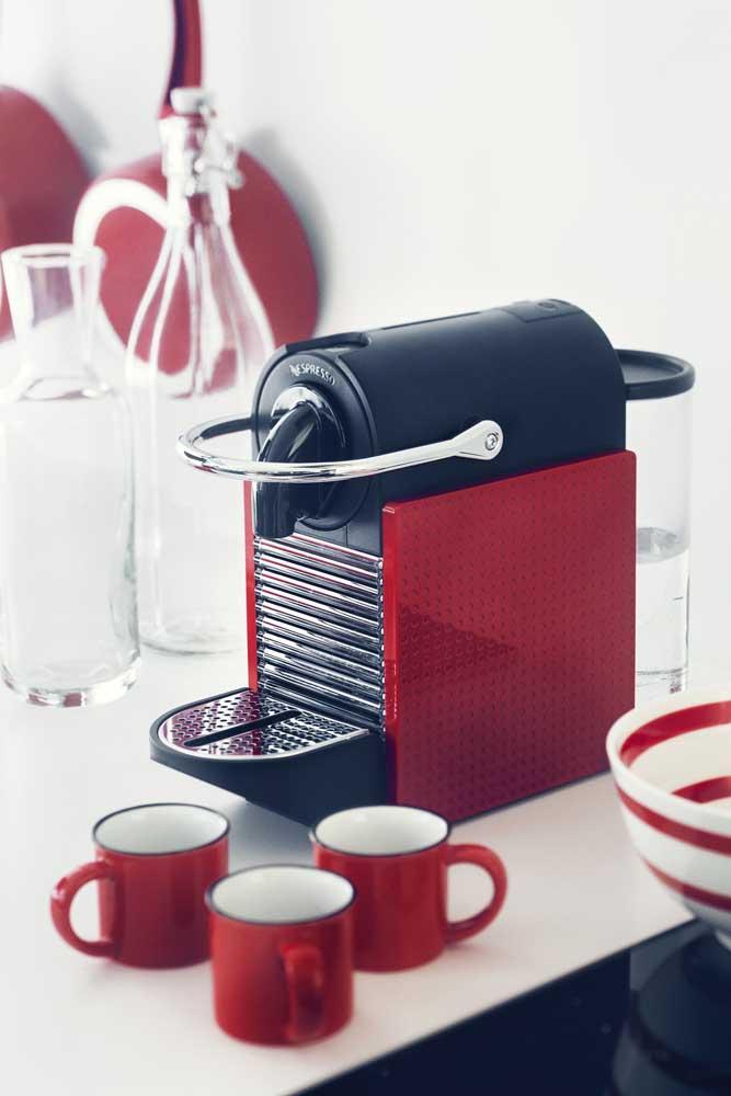 Xicaras vermelhas para combinar com a cor da cafeteira