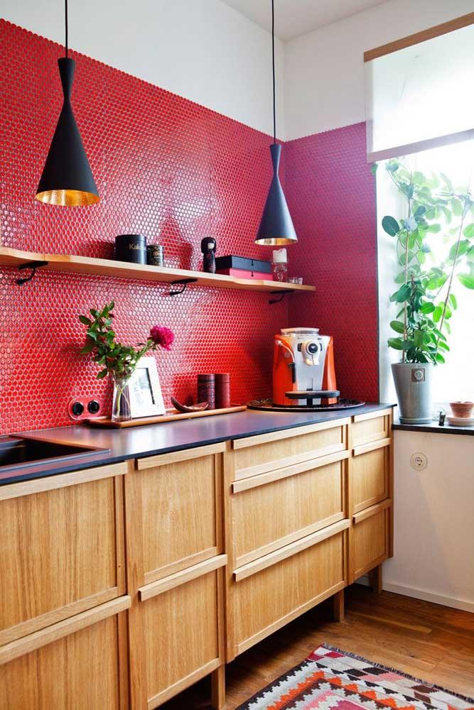 As brilhantes pastilhas de vidro vermelhas formam um lindo par com a cafeteira na mesma cor