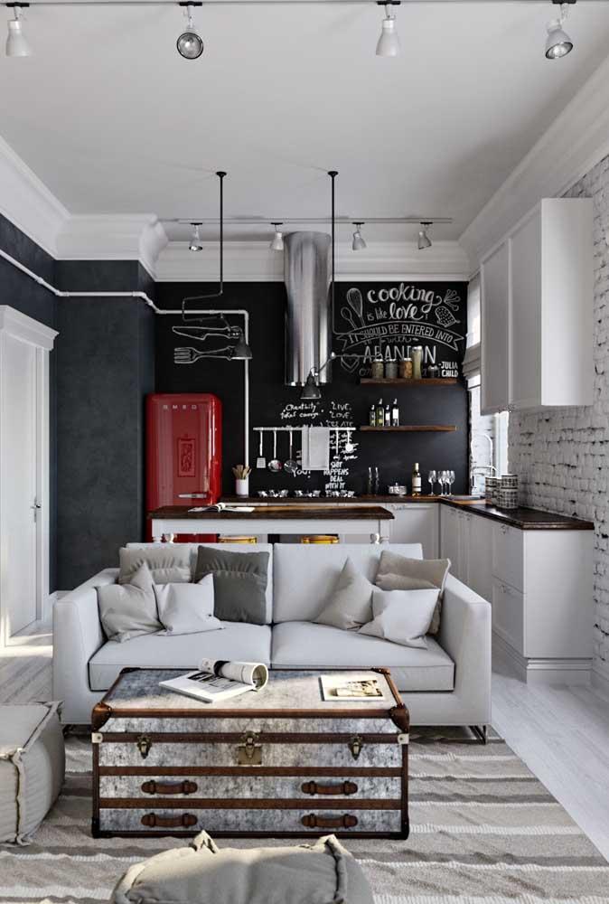 De visual moderno e despojado, essa cozinha traz uma geladeira vermelha para integrar a decoração