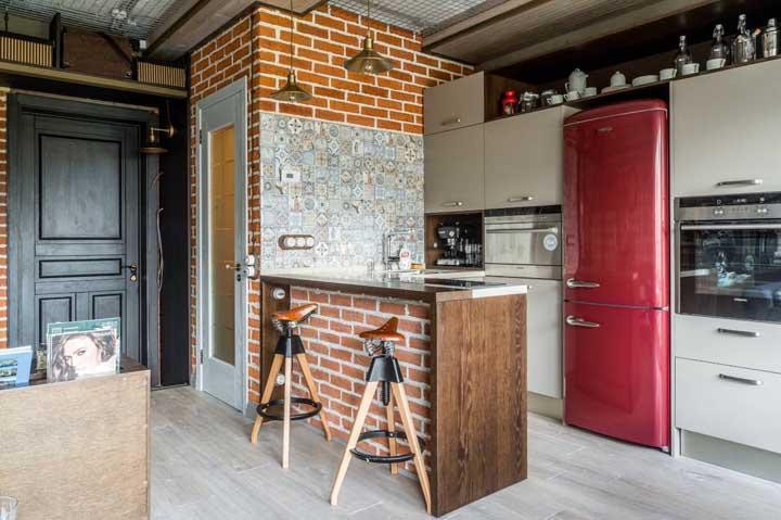 Moderna, rústica e industrial: essa cozinha que traz um pouco de tudo não podia deixar de fora a geladeira vermelha
