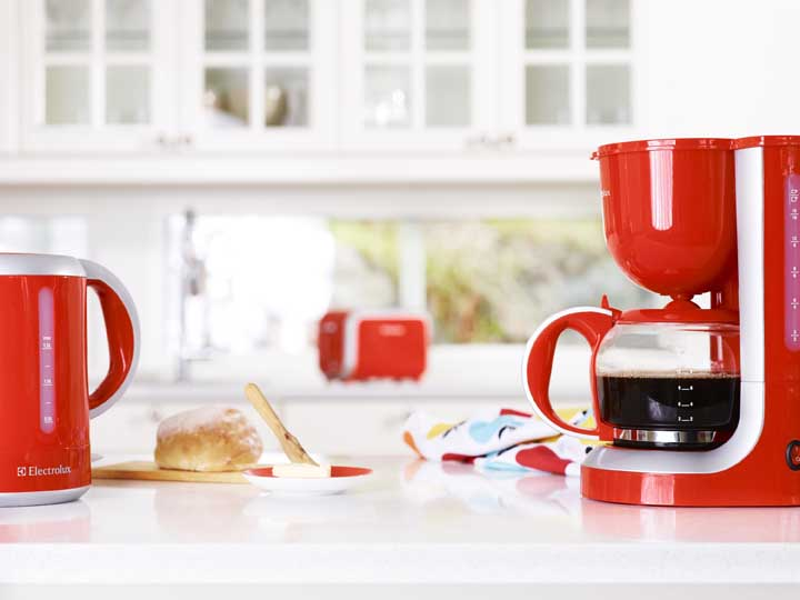 Para deixar os eletrodomésticos vermelhos da sua cozinha no mesmo estilo, aposte em modelos da mesma marca