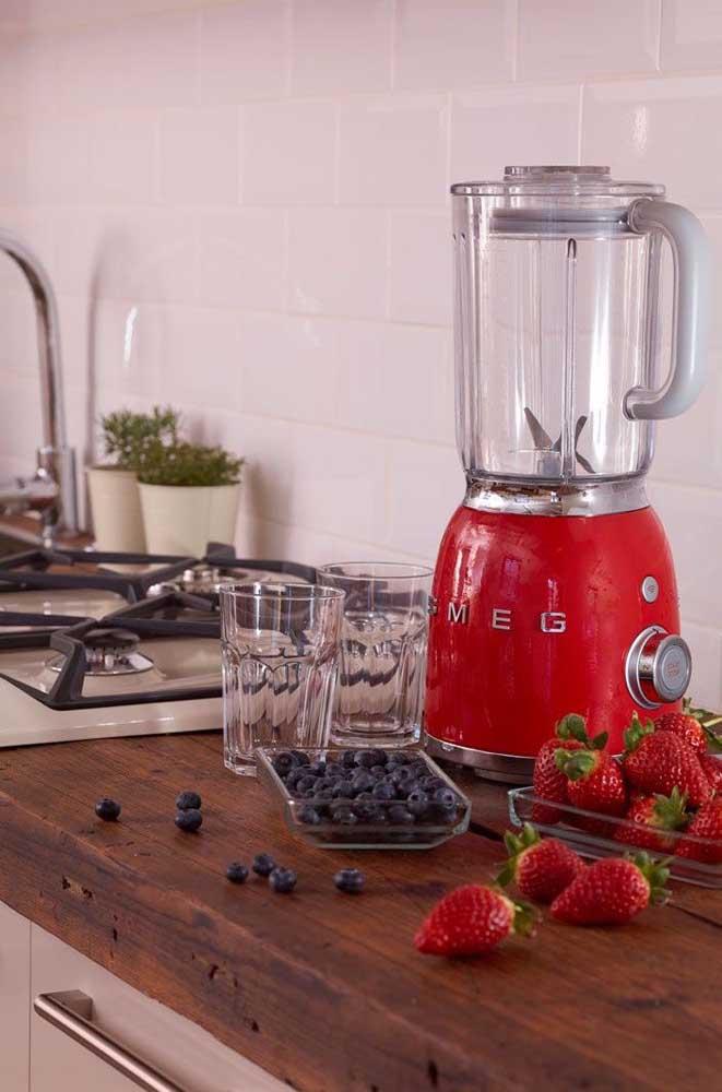 Direto dos anos 50 para a cozinha contemporânea do século XXI; mas não se engane, o liquidificador vermelho traz apenas a aparência retrô, o modelo está cheio de recursos modernos