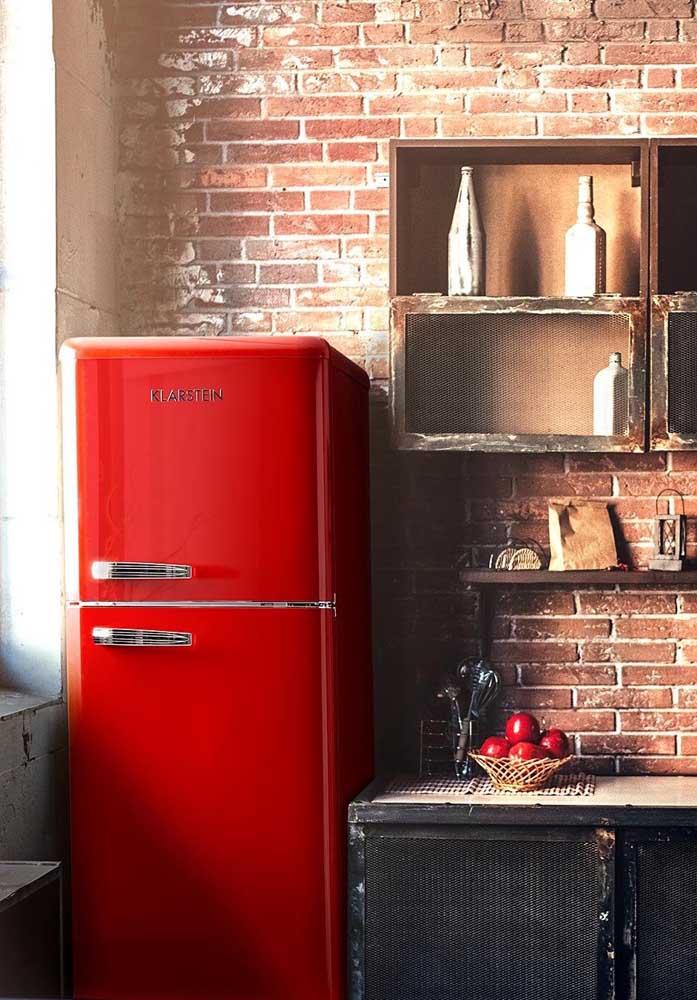A geladeira vermelha ficou o máximo junto à parede de tijolinhos; uma dica aqui para não precisar comprar uma geladeira nova é envelopar a que você já tem com adesivo
