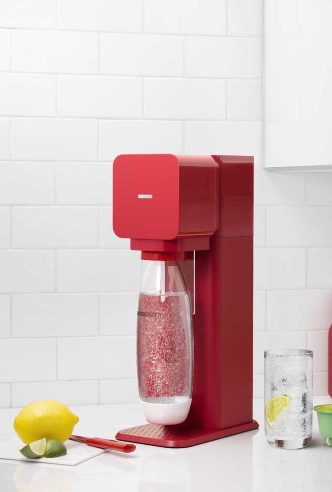 Design moderno para a batedeira vermelha; contudo, repare que a cor, invariavelmente, está sempre de mãos dados com o estilo retrô