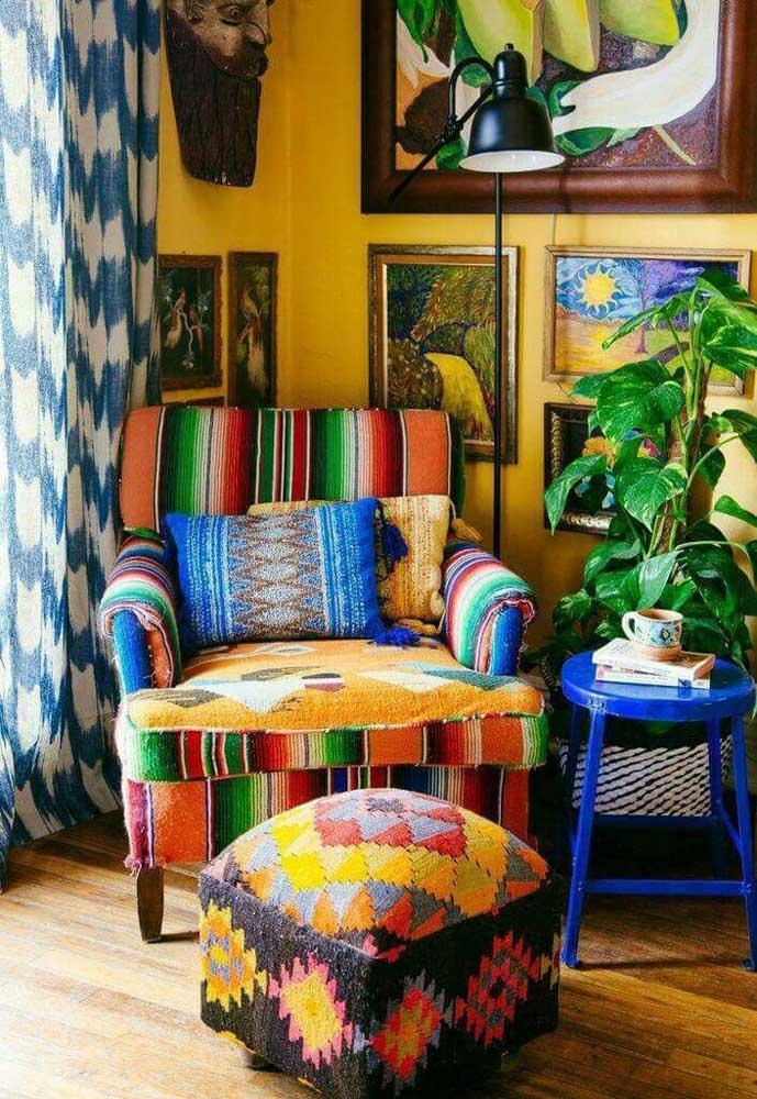 Uma sala de estar super colorida e divertida com uma poltrona estampada seguindo a mesma paleta usada no restante do ambiente