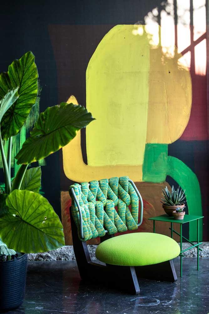 O ambiente contemporâneo não teve dúvidas em escolher uma poltrona colorida e de design diferenciado